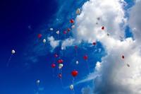 青空に浮かぶ風船