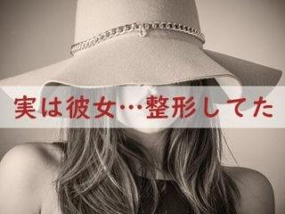 深く帽子を被った女性
