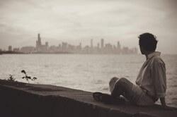 港で黄昏る男性
